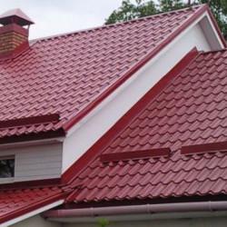Крыша с красной металочерепицей