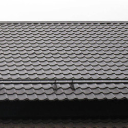 Крыша с темной металочерепицей